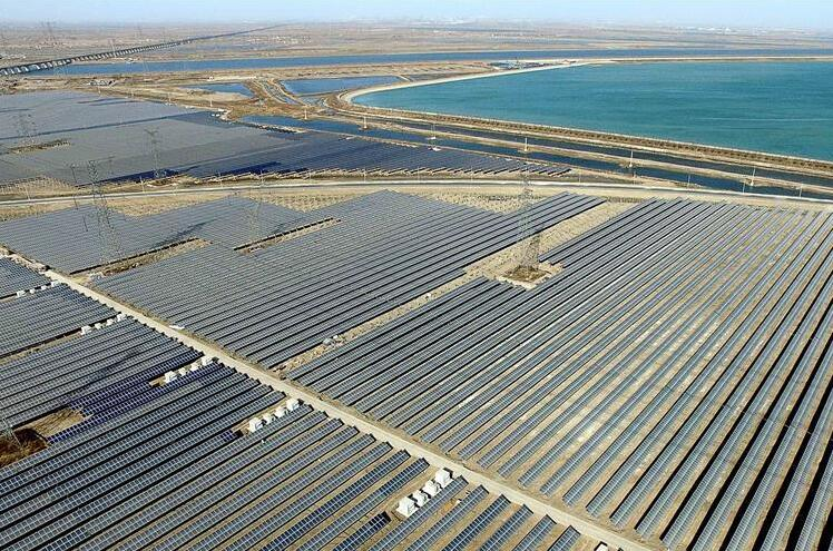 年发电量将达到1.8亿千瓦时   3月31日,在信义光伏发电站内,随着项目工作人员郑重地合上第一台逆变器的进线开关,通过光伏设备产生的电能就通过孟港后220千伏变电站输送到滨海电网,华北电网又增加了一个重要的绿色、清洁能源电源点。   从这一重点项目立项之初,滨海电力就实行了专人负责、主动联系、全程跟踪的服务模式。滨海供电相关人士介绍,为了确保项目顺利启建,公司超前服务,积极对接,对相关线路、电气配备方案审核开通绿色通道,并提出专业修改意见,为项目按时开工奠基打下了良好的基础。项目建设过程中,定期走