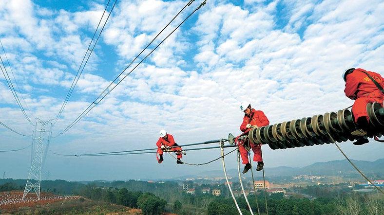 据最新统计,2016年,国网天津电力大力推动能源消费侧清洁应用,实施两个替代,助力节能减排和雾霾治理,取得了明显成效。实施电能替代项目769个,挖掘潜力项目292个,全年完成替代电量25.5亿度,预计替代电量潜力达到27.9亿度;建成155座充电站、2039台充电桩,提供充换电服务16.